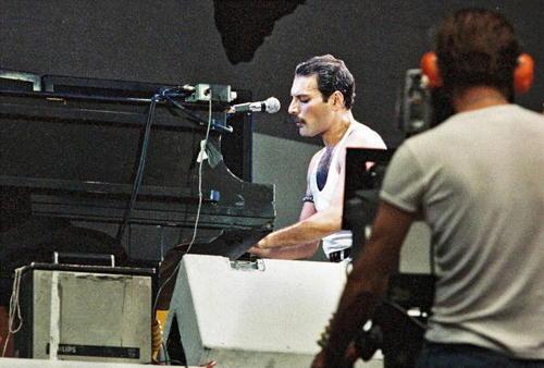 Freddie backstage Aid