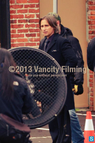 Robert Carlyle and Emilie de Ravin on set