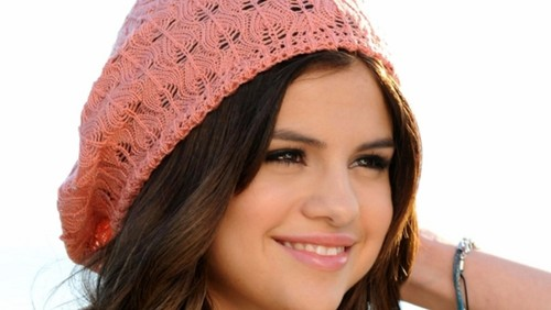 Selena Gomez wallpaper with a bonnet titled Selena Gomez