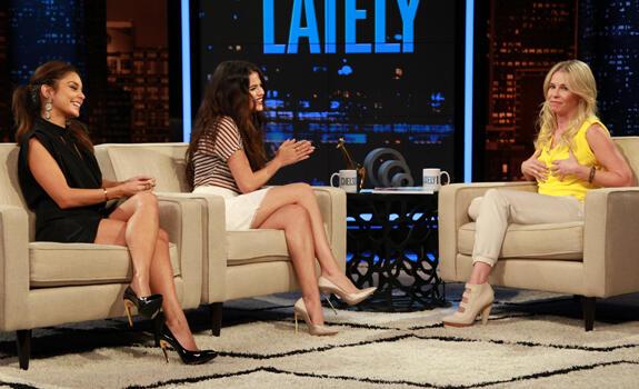 Selena Gomez y Vanessa Hudgens en 'Chelsea Lately'
