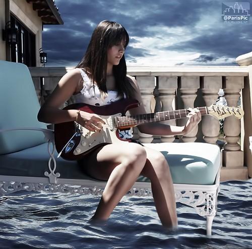 Paris Jackson Play گٹار Sit House Rome (@ParisPic)