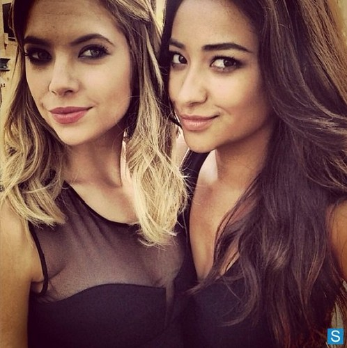 Pretty Little Liars - Episode 4.01 - 'A' is for A-l-i-v-e - Various BTS Обои