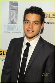 Rami Malek karatasi la kupamba ukuta containing a business suit and a suit called Rami
