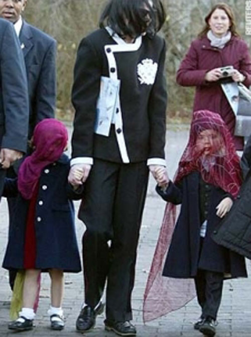 The Jackson Family Visiting The Berlin Zoo Back In 2002