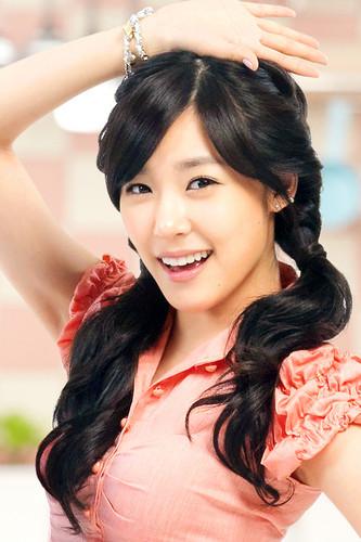 Tiffany Hwang fondo de pantalla probably with a bridesmaid and a portrait entitled Tiffany