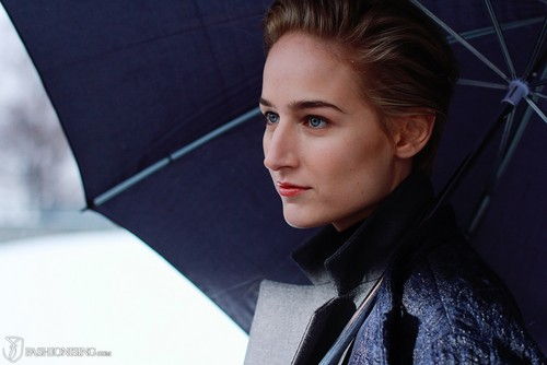 Leelee Sobieski wallpaper containing a parasol entitled leelee Sobieski