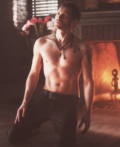 shirtless Klaus in 4x18 - American Gothic