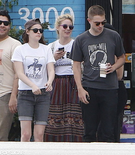 Rob and Kristen out in LA (4th April 2013) with 老友记 and holding hands.