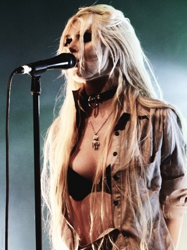 Muzik kertas dinding possibly with a konsert entitled The Pretty Reckless-Band