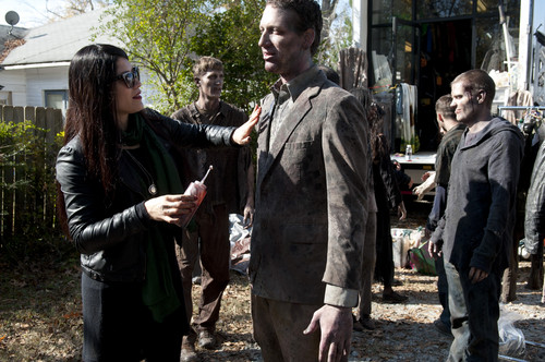 Os Mortos-Vivos wallpaper possibly with a business suit called The Walking Dead - 3x16 - Welcome to the Tombs - Behind the Scenes