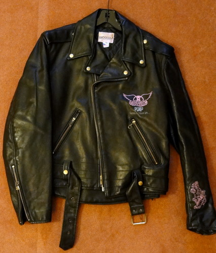 Aerosmith Hintergrund probably with a bomber jacke and a jacke called pumpe