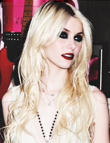 Taylor Momsen hình nền with a portrait called tay momsen