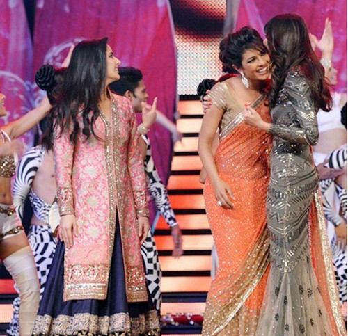 Katrina Kaif karatasi la kupamba ukuta containing a bridesmaid called TOIFA - Times of India Film Awards 2013