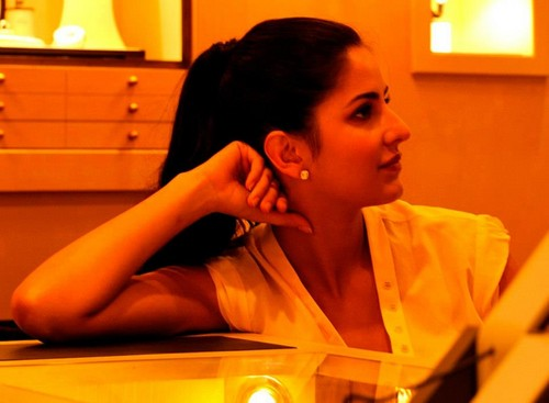 Katrina Kaif fond d'écran called At The Designers Watch Boutique 'Mistal' In Muscat, Oman.