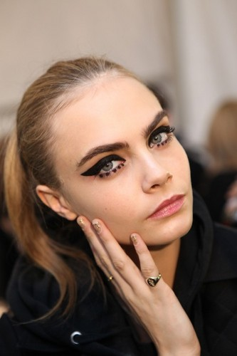 Cara Delevingne Обои containing a portrait called Cara♥