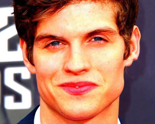 Daniel Sharman karatasi la kupamba ukuta with a business suit titled Daniel Sharman