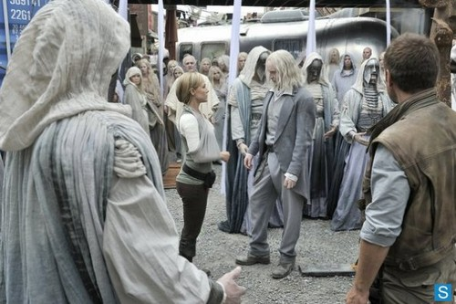 Defiance - Episode 1.02 - Down in the Ground Where the Dead Men Go - Promotional mga litrato