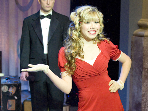 Jennette McCurdy fondo de pantalla containing a dress suit called Jennette McCurdy