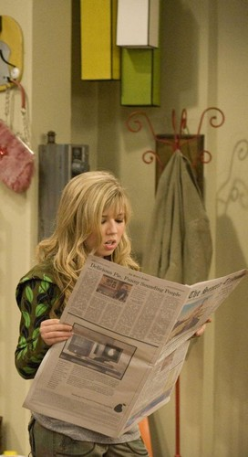 Jennette McCurdy Hintergrund with a newspaper called iCarly