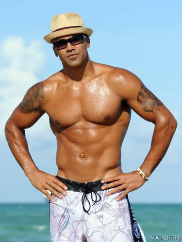 Shemar Moore wallpaper probably containing a hunk, a six pack, and swimming trunks called shemar moore enjoying miami beach
