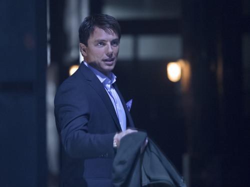 """অনুষ্ঠান- অ্যারো দেওয়ালপত্র containing a business suit, a suit, and a dress suit entitled 1x23 """"Sacrifice"""""""