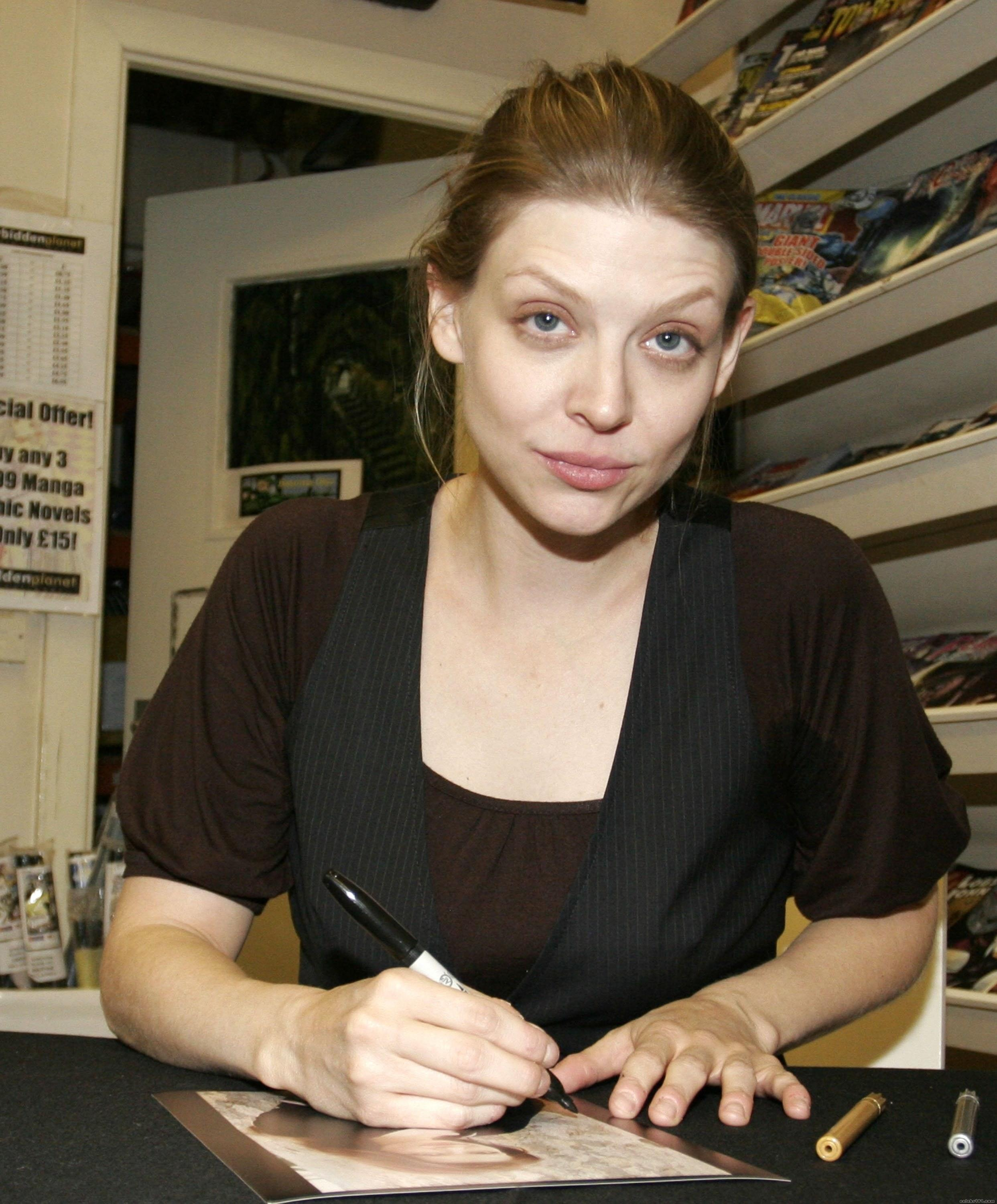 The 40-year old daughter of father Edward Benson and mother Diane Benson, 163 cm tall Amber Benson in 2017 photo