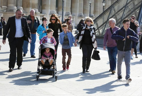April 21th - Paris - Victoria and family at the Louvre's Museum