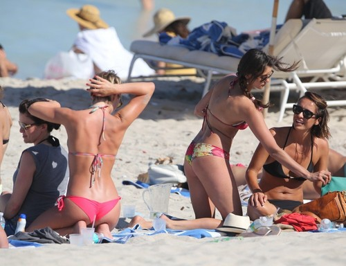 Julianne Hough and Nina Dobrev hanging out with vrienden on the strand in Miami