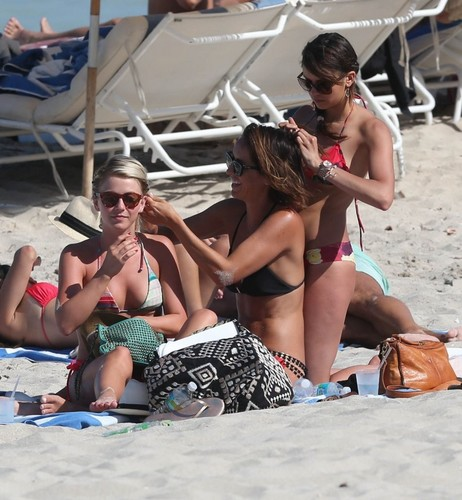 Julianne Hough and Nina Dobrev hanging out with Marafiki on the beach, pwani in Miami