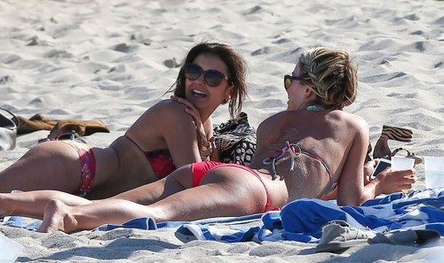 Julianne Hough and Nina Dobrev hanging out with Friends on the spiaggia in Miami