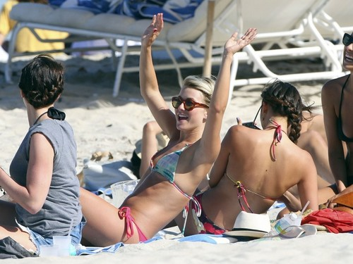 Julianne Hough and Nina Dobrev hanging out with mga kaibigan on the tabing-dagat in Miami
