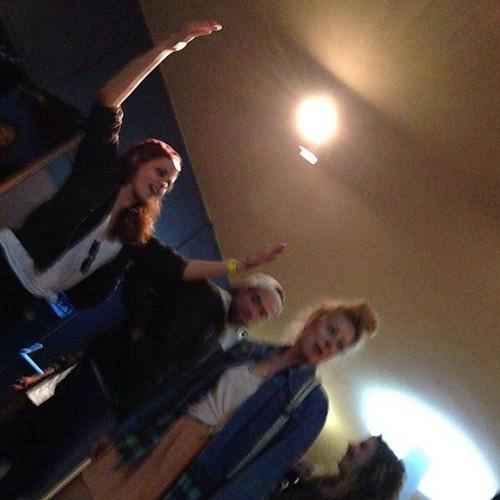 Kristen and Rob with फ्रेंड्स at a Crystal Castles संगीत कार्यक्रम