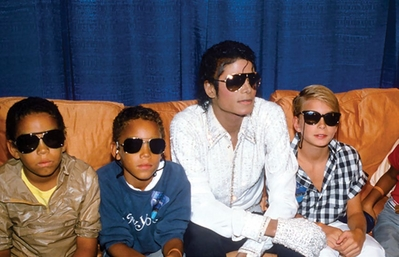 Michael With His 팬 Backstage During The Victory Tour