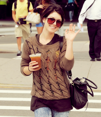 Shenae Grimes wallpaper with sunglasses entitled Shenae <3