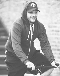 Tom Hardy steals in jest a paparazzi's bicycle