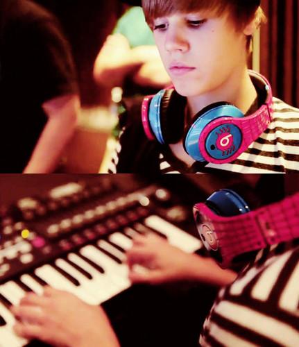 justin wearing the beats!!!!!!!