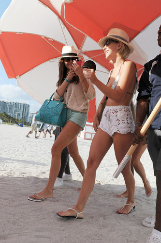 julianne hough and nina dobrev going out the plage in miami.