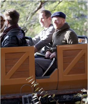 Luke with his vrienden Jesse Tyler Ferguson and Justin Mikita, in Disneyland, (January, 16 2012)