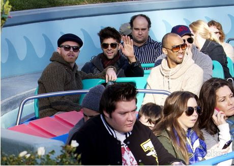 Luke with his বন্ধু Jesse Tyler Ferguson and Justin Mikita, in Disneyland, (January, 16 2012)
