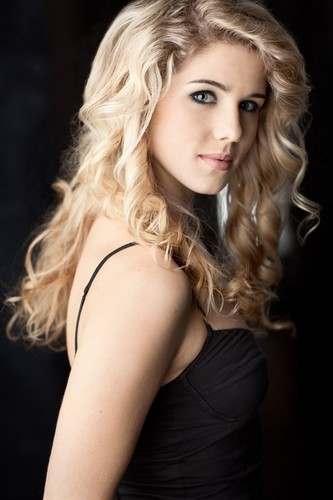 Emily Bett Rickards karatasi la kupamba ukuta containing attractiveness and a portrait titled Emily Bett Rickards