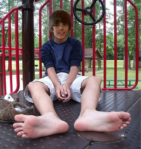 Justin Bieber wolpeyper called JB's Bare Feet