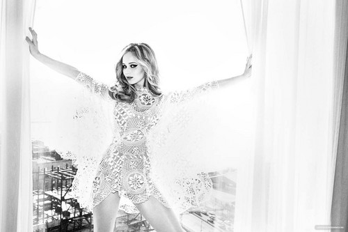Jennifer Lawrence photographed kwa Ellen Von Unwerth for Vanity Fair