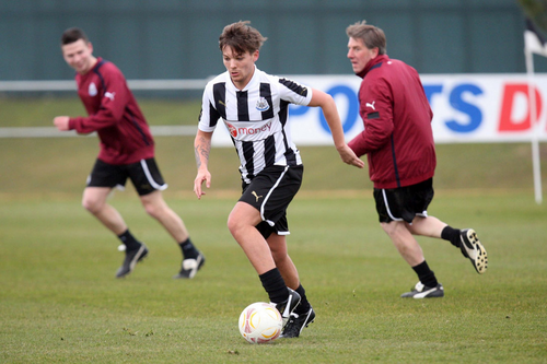 Louis Tomlinson wolpeyper probably containing a fullback, a putbol player, and a putbol ball titled Louis playing football <3