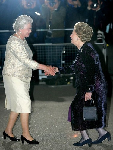 Ratu Elizabeth II kertas dinding containing a business suit and a well dressed person titled Margaret Thatcher and Queen Elizabeth