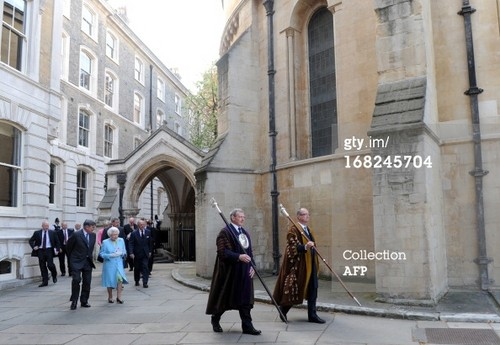Königin Elizabeth II. Hintergrund with a street, a brownstone, and a portcullis titled Queen Elizabeth II at Temple Church in London on May 7, 2013.