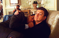 Nathan Fillion & Stana Katic fond d'écran containing a family room entitled Stanathan-BTS