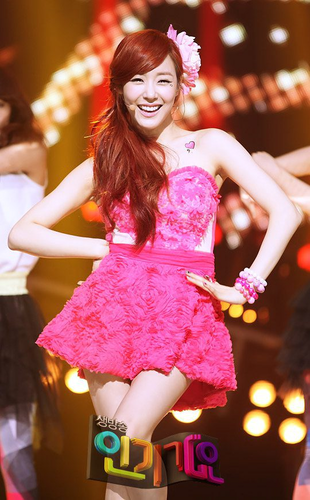 Girl's Generation/SNSD karatasi la kupamba ukuta possibly with a cocktail dress and a hip boot called Tiffany L.A. pitch
