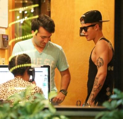 "05.16.2013 Justin Brings His ""Guns"" To The Same Studio As Miley Cyrus"