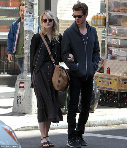 Andrew Garfield and Emma Stone karatasi la kupamba ukuta probably with a mitaani, mtaa and a business suit titled Andrew & Emma in New York City