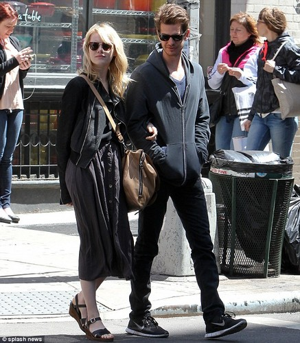 Andrew Гарфилд and Emma Stone Обои with a business suit and a улица, уличный titled Andrew & Emma in New York City